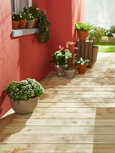 Sur Une Terrasse En Bois On Joue Le Contraste Avec Un Mur Terracotta L Astuce Deco L Accumulation De Pots De Fleurs Au Lame Terrasse Castorama Bac A Fleurs
