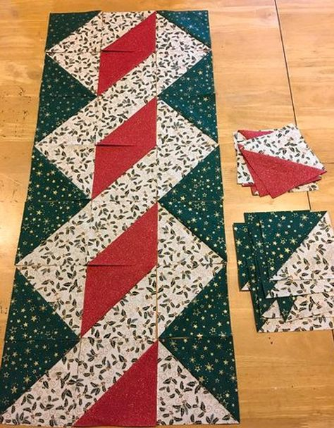 Twisted Pole Christmas Quilted Table Runner - DIY and Crafts Quilted Table Runners Christmas, Patchwork Table Runner, Christmas Patchwork, Christmas Quilt Patterns, Patchwork Quilt Patterns, Christmas Runner, Table Runner And Placemats, Quilt Table Runners, Purple Christmas