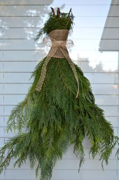 Weather Resistant Outdoor Decorating Ideas: DIY greenery swags | #damagefreediy #sp #Christmasideas