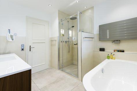 Nahezu bodeneben und ausgestattet mit zwei praktischen Wandnischen sowie einer Kopf- und einer Handbrause verspricht die Dusche erholsame Stunden