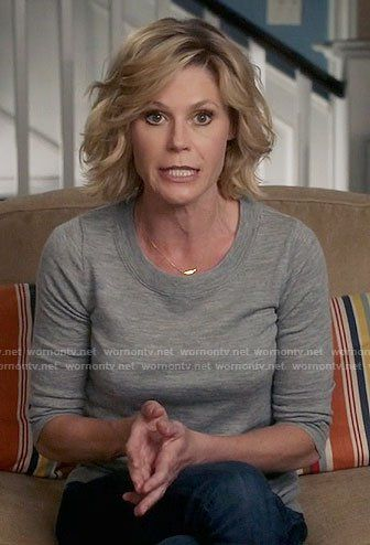 Claire S Grey Sweater On Modern Family Mom Hairstyles Family Haircut Julie Bowen Hair