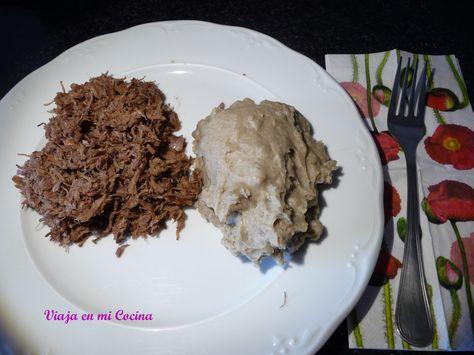 Seswaa (carne desmigada) con bogobe. Bostwana