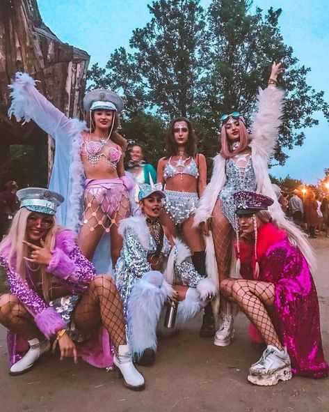 Outfit tomorroland Who's your festival SQUAD? Tag them ? Wearing our fav Who's your festival SQUAD? Tag them ? Wearing our fav # Cute Group Halloween Costumes, Trendy Halloween, Halloween Kostüm, Halloween Outfits, Celebrity Halloween Costumes, Music Festival Outfits, Festival Wear, Boomtown Festival Outfits, Music Festival Fashion