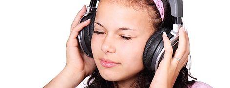Musik hören Eine neue Musiktherapie, bei der die Patienten ihr Ohrgeräusch wegsummen sollen, bewirkt nicht nur, dass der Tinnitus als weniger quälend erlebt wird. Bereits nach wenigen Tagen reorganisieren sich Nervenverbindungen im Hörzentrum.