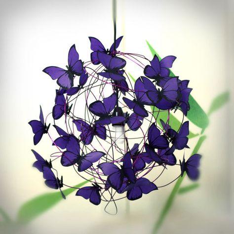 Lampe d'suspension. Est réalisée avec un mètre de câble noir, fil violet, le chapeau et le plafond rose noire, et papillons de papier calque cromatico couleur violet. Ampoule non incluse. Les...