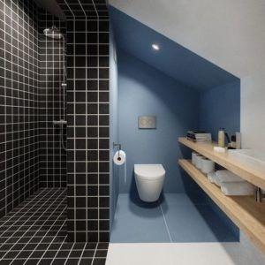 Badezimmer Mit Schwarzen Blauen Und Weissen Wand Und Bodenfliesen Badezimmer Mit Dusch Mit Bildern Kleines Badezimmer Im Dachboden Badezimmer Renovieren Kleine Dachboden
