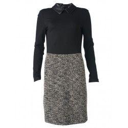 Deze klassieke en vrouwelijke aangesloten jurk is een perfecte toevoeging aan je garderobe. Het leather look kraagje bij de hals zorgt voor een speelse touch
