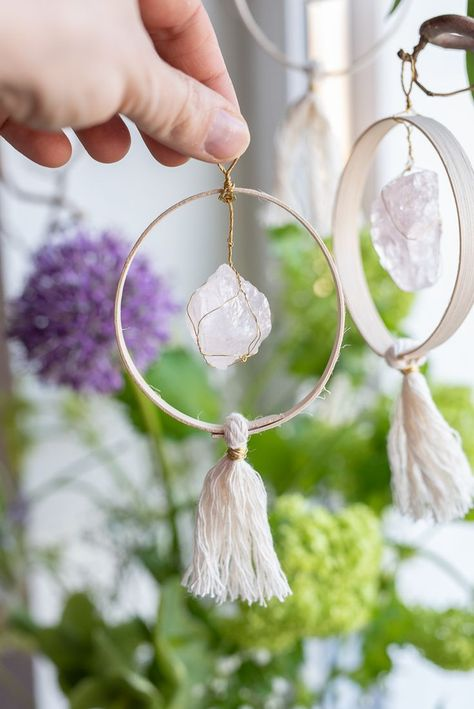 Oster DIY - Fensterdeko im Boho Look - Leelah Loves Instructions for DIY DIY pendants as window decorations for spring or Easter, an Easter decoration with wood, minerals and precious stones // Leelah loves Gifts Look Boho, Boho Diy, Minerals And Gemstones, Boyfriend Gifts, Diy Gifts, Beaded Jewelry, Diys, Diy Projects, Diy Home