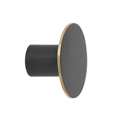 3a10a9ec0efc4 Krok small i svart mässing från Ferm Living. Krok knoppar på väggen eller  på skåpsdörren gör det lil.
