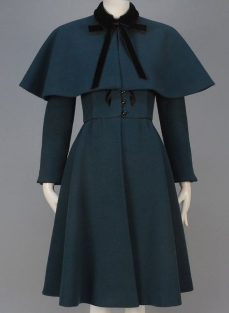 Nina Ricci Green Wool Coat, 1950 Vintage Clothing In almost excellent condition. Forest green wool having stand collar, Look Vintage, Vintage Coat, Vintage Ideas, 1950s Outfits, Vintage Style Outfits, 1950s Fashion, Vintage Fashion, Club Fashion, Mantel Vintage