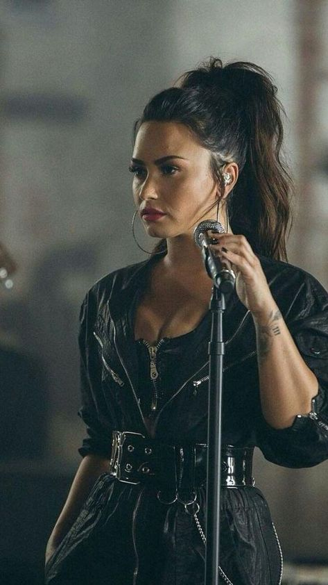 How Demi Lovato is living her best life after rehab – Celebrities Woman Selena Quintanilla, Selena Gomez, Divas, Demi Lovato Style, Demi Lovato Hair, Pretty People, Beautiful People, Camp Rock, Adrienne Bailon