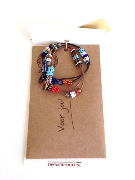 Prachtig setje van 2 handgemaakte Afro-trendy armbandjes van leren bandjes met daaraankleine glazen kraaltjes met een schelpknoopje als sluiting. Totale lengte 19 cm. Zie afbeelding voor de uitvoering/kleuren. Per2 verschillende armbanden bevestigd aan een mooi wit omslaglabel met cadeau-envelop. Op het label staat een afbeelding met persoonlijke informatie over de maker van het product en [...]