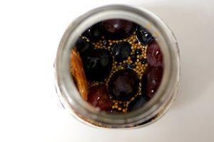 ingelegde druiven met kaneel en zwarte peper