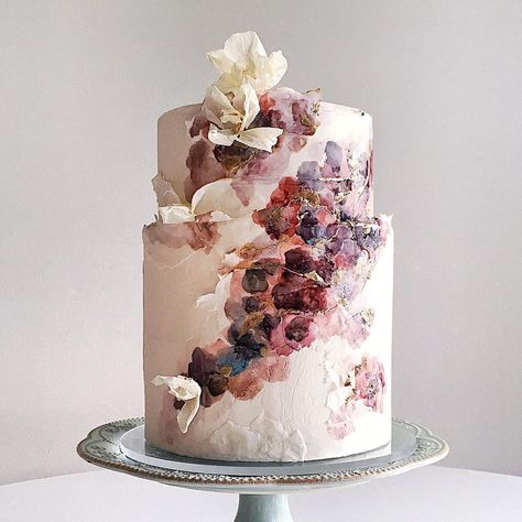 We are basically in autumn heaven after glimpsing these 100+ cake ideas for fall weddings. With hand-painted sugar flowers and leaves, ribbon fondant and wafer paper techniques, concrete texture desserts and drippy naked cakes in store, there is no doubt you will be begging for some sweet treats like these for your own autumn wedding!