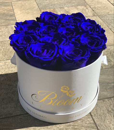 💙 Make someone smile, make their day! #BloomLuxury #blueroses #happiness #smiles #surprisegift #homedecor