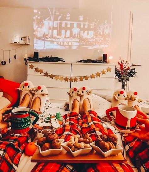 Christmas Movie Night, Cosy Christmas, Christmas Feeling, Christmas Room, Merry Little Christmas, Christmas Clothes, Home Alone Christmas, Apartment Christmas, Christmas Snacks