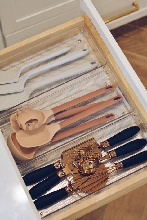 Kitchen Organization: How to Organize Your Kitchen Drawers - The Pink Dream - How to Declutter Your Kitchen – Kitchen Drawer Organization, organization ideas kitchen, organizi - Diy Organizer, Diy Kitchen Storage, Kitchen Pantry, Kitchen Dishes, Smart Kitchen, Kitchen Organizers, Kitchen Cabinets, Organizing Kitchen Utensils, Organized Kitchen