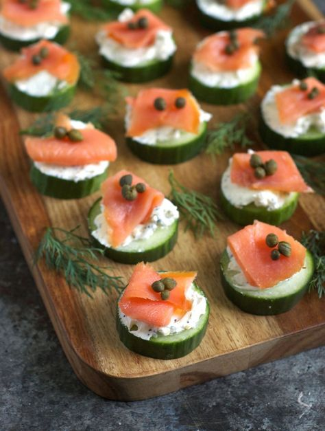 Everything Bagel Cucumber Bites. These light healthy cucumber bites are topped with everything bagel cream cheese and smoked salmon. Cucumber Appetizers, Smoked Salmon Appetizer, Cucumber Bites, Smoked Salmon Recipes, Gluten Free Appetizers, Holiday Appetizers, Appetizer Recipes, Holiday Parties, Canapes Recipes