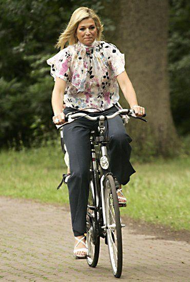 Eine sommerliche Blumenbluse aus Chiffon und eine schlichte, elegante Hose eignen sich hervorragend für eine Fahrradtour mit Fotografenbegleitung.