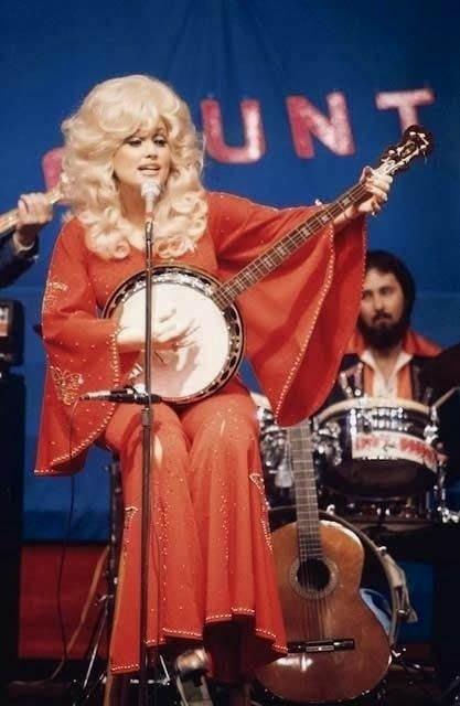 Dolly Parton playing the banjo, Gotta love Dolly! Heavy Metal, Tennessee, Honky Tonk, Doja Cat, Country Music Singers, Hello Dolly, Big Hair, Girl Crushes, Music Artists
