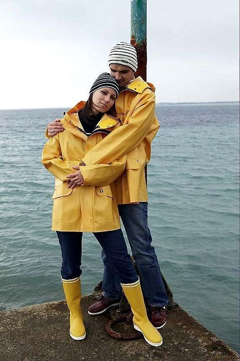 The Guy Cotten brand has become famous from the yellow PVC raingear they produce, and even today the Rosbras raincoat is an iconic item in their raingear range. Easy to combine, waterproof, and simply beautiful raingear for both men and women.