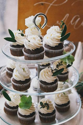 beautiful botanical and blush wedding - Cupcakes with leaves Photographer Elina Sazonova - Rustic Cupcakes, Wedding Cupcakes, Wedding Sweets, Simple Baby Shower, Baby Boy Shower, Baby Shower Cupcakes Neutral, Baby Shower Diapers, Dessert Bars, Dessert Table