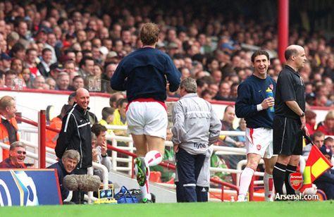 Martin Keown shares a joke with Ray Parlour and Arsene Wenger. Arsenal v Birmingham City. Highbury, 1/5/04. #Arsenal