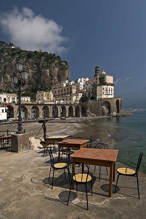 Italien, Amalfiküste: In Atrani mit seinem mini Strand hat die Natur der kleinen Ortschaft wenig Platz vor der mächtig steilen Felswand gelassen.
