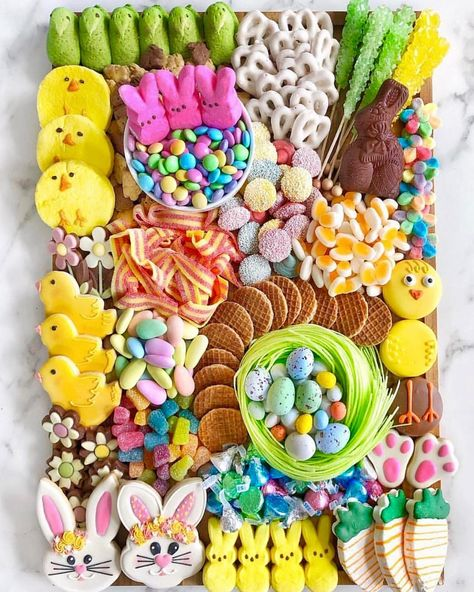 We may not be entertaining guests for Easter this year but we can enjoy the beautiful creations of this charcuterie candy board Easter Candy, Hoppy Easter, Easter Treats, Easter Eggs, Easter Food, Easter Cookies, Holiday Treats, Holiday Parties, Holiday Fun