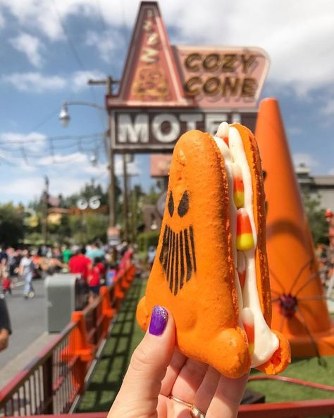 disneyland food Sharing my experience - Disneyland Halloween Time Food Guide It's absolutely no secret that Halloween Time at Disneyland Park is one of my favorite times to visit Disney Desserts, Disney Snacks, Disney Trips, Disneyland Halloween, Disney World Halloween, Comida Disney World, Disney World Food, Comida Disneyland, Disneyland Park