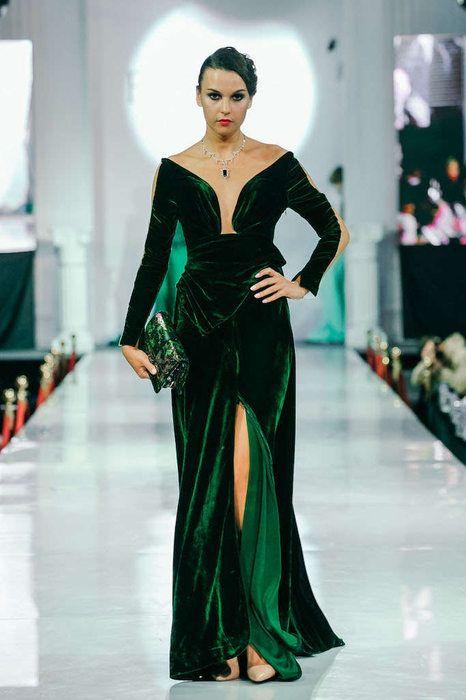 Robe Velours Vert Bouteille Avec Traine Dans Le Dos Tulle Chair Sur Le Devant Avec Manches Robe En Velours Idees De Mode Robe Longue Ceremonie