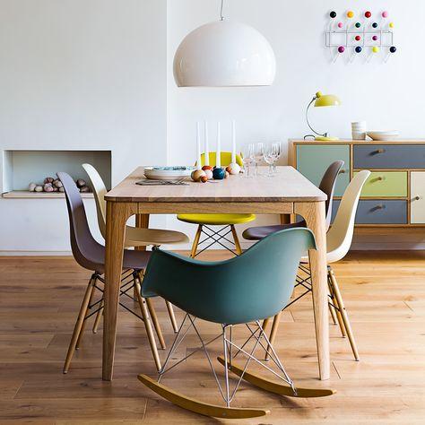 Salle à manger colorée avec les chaises Eames DAW et RAR en fibre de verre. A joyful living-room with DAW & RAR Eames chairs. https://www.konikodesign.com/fr/chaises-fauteuils/chaises-de-salle-a-manger/chaise-style-daw-noire-p7,1-1154,117.html