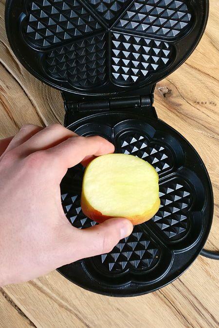 Das passiert, wenn du eine Apfelscheibe ins Waffeleisen gibst!