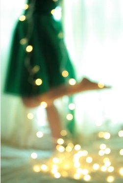 A green dress paired with gold lights? Looks like a #BaylorChristmas to me!