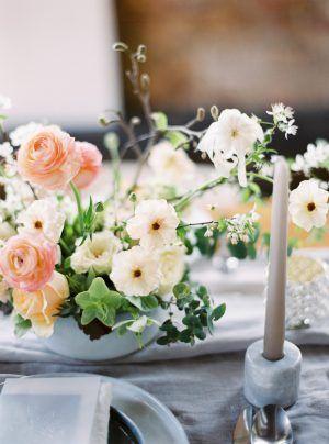 Kompozycja Na Stol Slubny Slub W Kwietniu Wedding Table Decor Ranunculus Centerpiece Spring Wedding Table Decorations Table Decorations Decor Home Decor