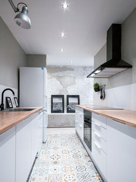 La cocina alargada con mosaico hidráulico en el suelo