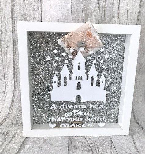 Geld-Box Rahmen Maßnahmen rund 23 x 23 cm Hintergrund mit silbernem Glitzer Weiße Disney-Schloss auf der Vorderseite Mit weisser Schrift darunter Spruch ist ein Traum ein Wunsch, der Ihr Herz Macht ein großes Geschenk und Geschenk für die Disney-Liebhaber! Perfekte Weg, um zu