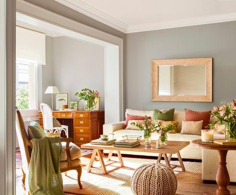El salón principal. Sofá de Dadá Interiors, mesa de Cottage Little House, alfombra de BSB, silla de India&Pacific y lámpara de Velafusta.
