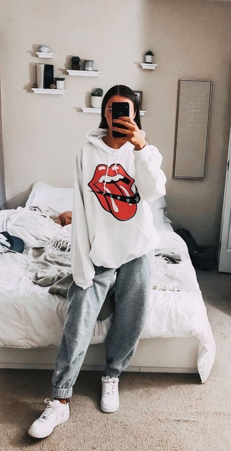 29 Fashion Teenage Ideas To Look Cool And Fashionable 29 Fashion Teenage-Ideen, die cool und modisch aussehen Cute Lazy Outfits, Chill Outfits, Mode Outfits, Retro Outfits, Outfits For Teens, Stylish Outfits, Cute Outfits With Sweatpants, Lazy Winter Outfits, Comfortable Outfits