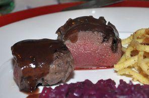 Pochierter Rehrücken mit Portwein-Cassis-Sauce