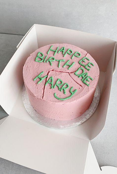 Harry Potter chocolate cake recipe - How To Make Things Pastel Harry Potter, Gateau Harry Potter, Cumpleaños Harry Potter, Harry Potter Birthday Cake, Harry Potter Recipes, Harry Potter Sweets, Pretty Birthday Cakes, Pretty Cakes, Cute Cakes