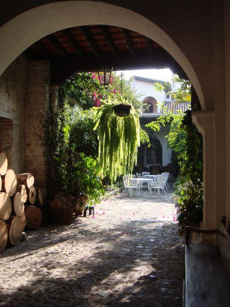 Terraza Espanola Y Una Hermosa Cola De Quetzal Como Amo Mi Pais Casas Coloniales Casas De Campo Fachadas De Casas Antiguas