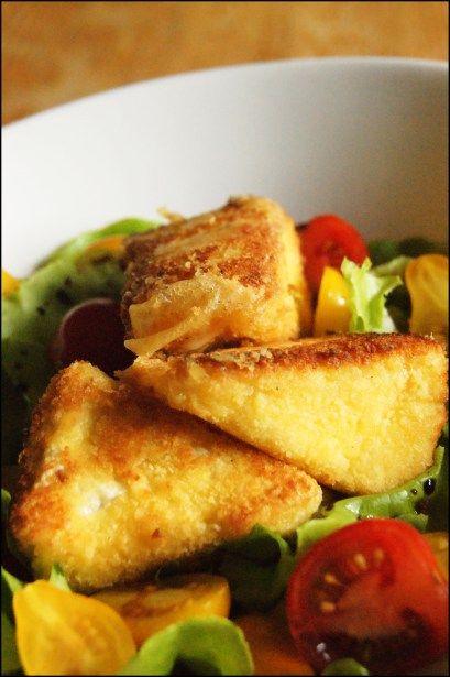 salade au camembert pané : - Préchauffez le four th.6 (180°C). - grattez la croûte du camembert. Découpez-le en 8 portions. Farinez-les légèrement. - Battez l'oeuf en omelette, trempez le camembert dedans, saupoudrez de chapelure et enfournez pendant 5 mi