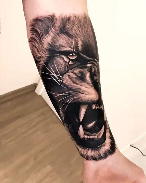 Tatuagem de leão em realismo