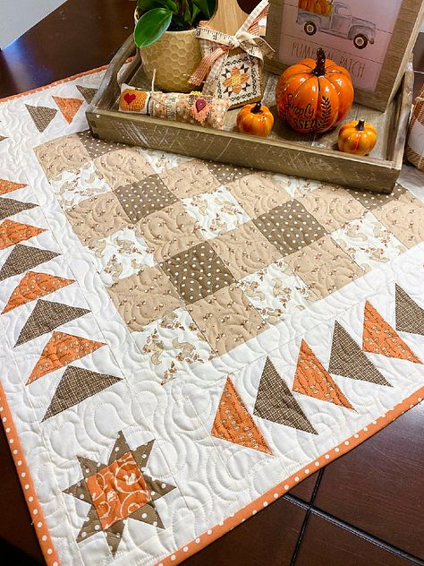 Mini Quilt Patterns, Crochet Blanket Patterns, Crochet Stitches Free, Table Runner And Placemats, Quilted Table Runners, Quilted Table Toppers, Table Topper Patterns, Halloween Quilts, Halloween Quilt Patterns