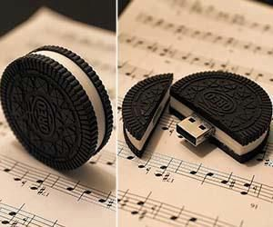 Oreo Cookie USB drive is one tasty looking treat you won't ever want to dunk into a glass of milk – unless you wish to lose all your data. Disguised as a delicious cookie, you crack it down the middle to reveal the concealed USB port. Usb Hub, Usb Drive, Usb Flash Drive, Objet Wtf, Choses Cool, Cute School Supplies, Things To Buy, Stuff To Buy, Cool Inventions