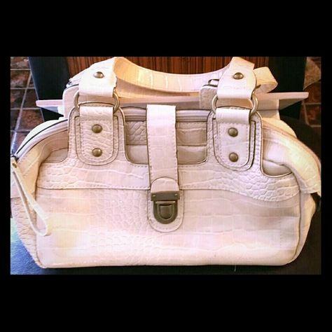 Mondani Handbag In The Poshmark Closet My Username Is Thesilkcloset1 Mycloset Fashion Ping Style For Handbags
