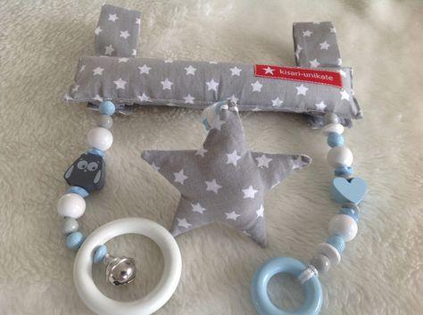 Das Spielzeug mit Glöckchen wird einfach am Tragegriff der Babyschale oder Wippe durch Klett befestigt. Natürlich lässt es sich auch am Buggy, Babybett oder Spieltrapez befestigen, oder einfach...