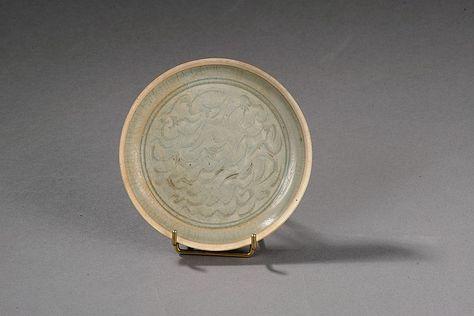 Coupelle Qinbaï en fin grès porcelaineux incisé sous glaçure translucide finement craquelé céladon vert bleuté de vagues sertie d'une frise de deux lignes parallèles . Chine. Dynastie Song. 960 à 1279. Diam 15cm.