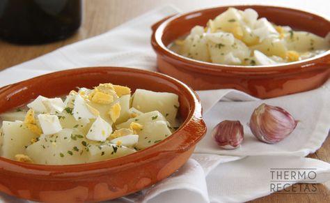Las patatas en salsa verdes es una preparación que nos puede servir como plato principal o como guarnición para un buen pescado.